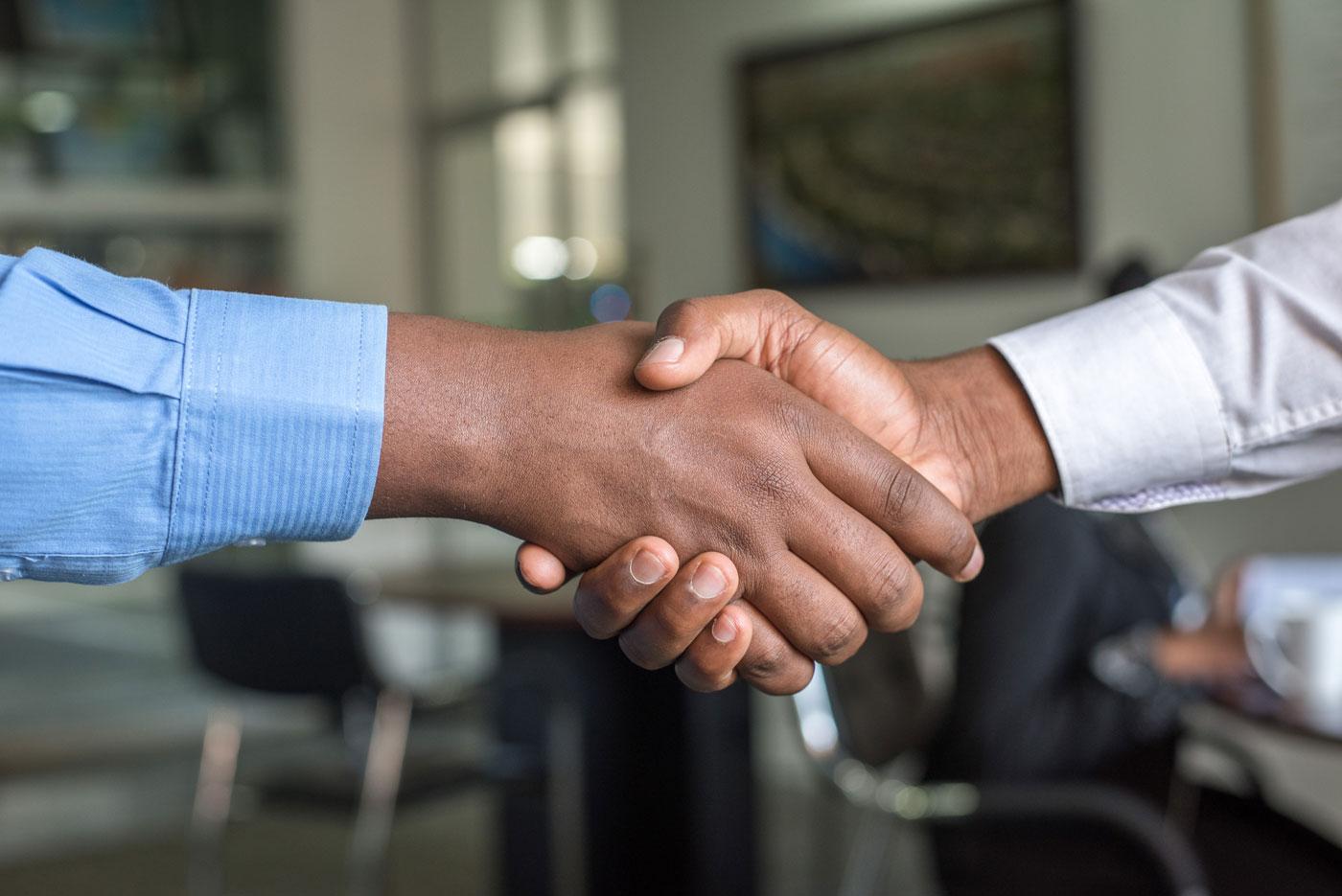 dos hombres dando la mano